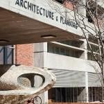 Fotografía 3: Fachada de la escuela de Arquitectura en reparaciones ,estilo brutalista  con influencia e Le Corbusier